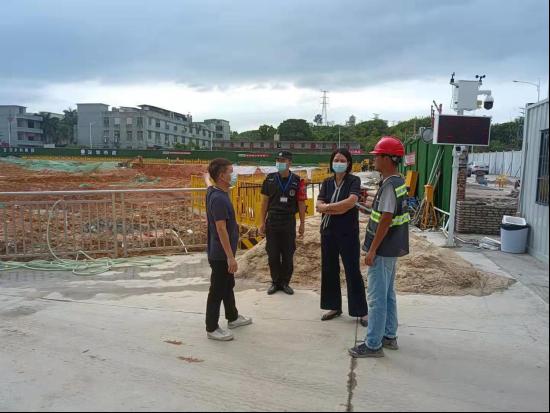 区人大代表叶玉琼到东方社区检查市政工程防台风情况